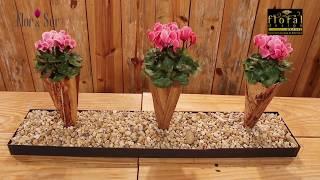Arranjo de flores  de cyclamens em cones de folhas de bananeira