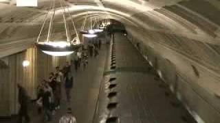 El metro de Moscú maravilla a los turistas.