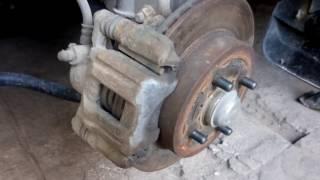 Частая поломка в тормозной системе передних тормозов. Износ одной колодки . Причина