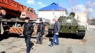 Погрузка танка на трал. Грузоподъемность крана - 120 тонн