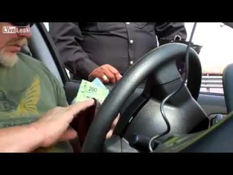 Policía acepta soborno de Gringo - YouTube
