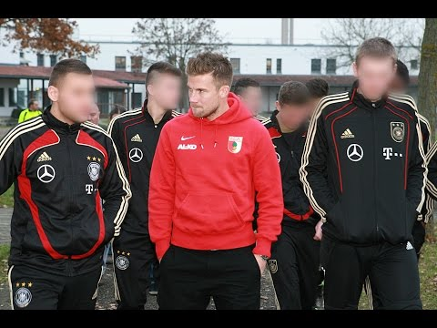 FCA-Profi Daniel Baier besucht JVA Neuburg-Herrenwörth