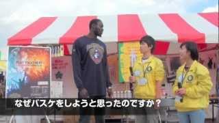 大学生たちが横浜ビー・コルセアーズのファイ・パプ・ムール選手にイン...