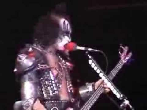 Kiss canta God of thunder em show de estreia no Brasil em 1983