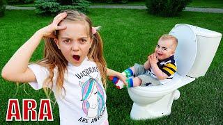 فتاة تتظاهر باللعب تهتم بشقيقها الصغير