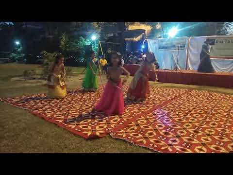 Nagade Sang Dhol Baje Dandiya Dance