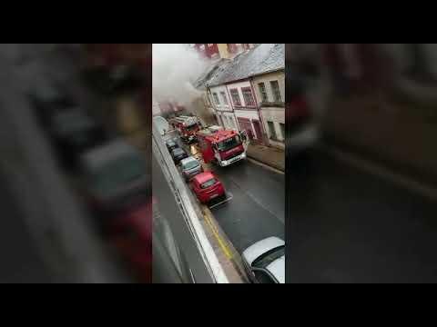 Los bomberos sofocan un incendio en una casa okupada en el barrio Feijóo