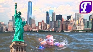 Максим Плавает на Лодке Вокруг Статуи Свободы и Небоскребов Нью Йорка Купается в Заливе Океана