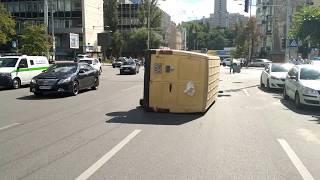У центрі Києва внаслідок ДТП перевернувся автомобіль