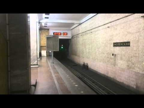 Московское метро. Станция Смоленская (голубая) в час дня. Народу почти нет.