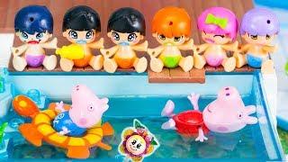 PEPPA PIG emmène les petits PINYPON aux cours de natation ! Les bébés sautent dans la piscine !