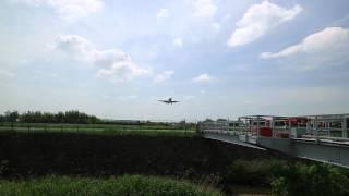 千里川の土手から伊丹空港に着陸する飛行機を撮りました。