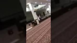 – مفاجأة تفجع قلب شاب داخل مسجد بالرياض