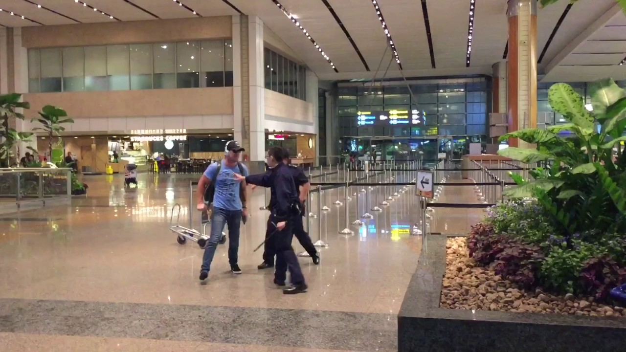 aussie bogan fights police officers at singapore changi. Black Bedroom Furniture Sets. Home Design Ideas