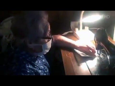 88-летняя жительница Испании шьет медицинские маски для нуждающихся.
