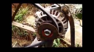 Roda d água gerando energia com alternador automotivo