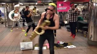 Уличный ансамбль ► Играют музыку из фильма Рокки на духовых