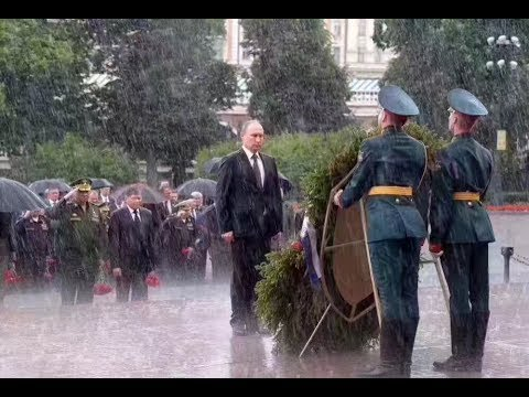 Putin braves rain to honor WWII victims - YouTube