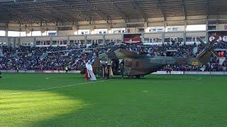 Los Reyes Magos bajan del helicóptero y saludan a los niños