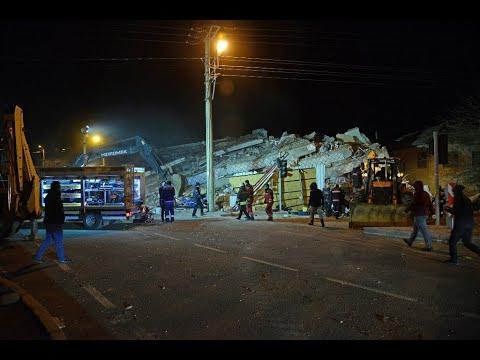 بالفيديو...نشوب حريق في مبنى سكني بعد زلزال تركيا