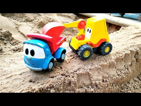 Грузовичок Лева — Машинки в песочнице — Строим горку