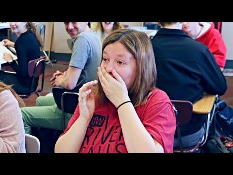 Teen wird beim Abschlussball abgelehnt - Dann kommt die berühmte Stimme über den Lautsprecher!
