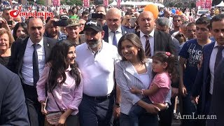 Նիկոլ Փաշինյանը դուստրերի հետ` Հանրապետության հրապարակում
