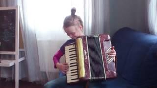 """Girl plays the accordion """"Yablochko"""". Девочка играет на аккордеоне """"Яблочко"""". Матросский танец."""