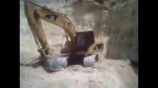 catapila recogiengo tierra