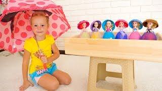 Nastya giả vờ chơi với đồ chơi và búp bê bất ngờ