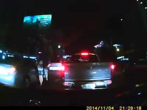 ชาวเน็ต!! ชื่นชมหญิงสาว ลงรถยกมือไหว้ขอโทษ หลังขับรถปาดหน้า