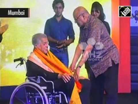 Shashi Kapoor receives lifetime achievement award (Oct 05, 2015)