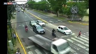 التفاني في العمل.. شرطي يتعلق لمسافة طويلة بسيارة حاولت الهرب من مخالفة!