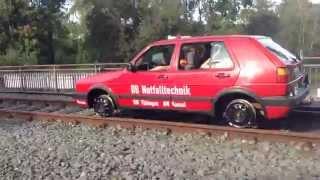 VW Golf 2 fährt auf Schienen an der Zeche Zollverein
