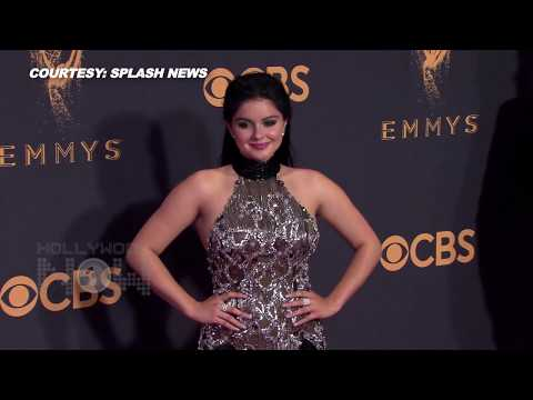 Ariel Winter Wardrobe Malfunction In Double Thighslit Gown On Emmys 2017 Red Carpet