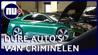 Kijk in de OM loods vol ingenomen sportauto's van criminelen
