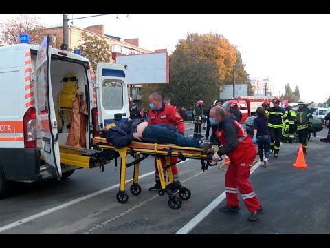 DSNSKHM: У Хмельницькому рятувальники ліквідували наслідки автотрощі, у якій травмувались два кермувальники