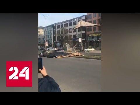 Сорванная ветром крыша рухнула на прохожих в Махачкале - Россия 24