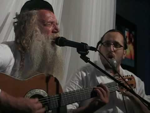 Yitzchak Fuchs and Lipa Schmeltzer singing, Hinei Yamim יצחק פוקס