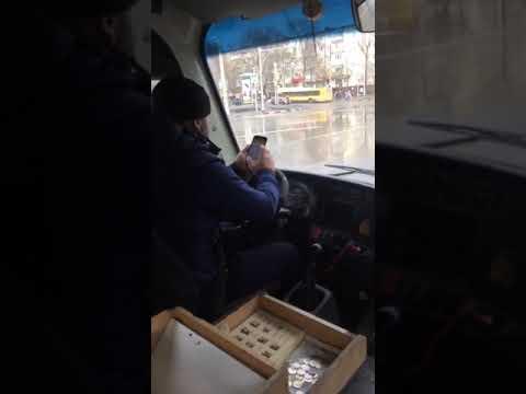 В Ростове водитель автобуса рулил в телефоне