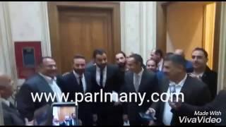 بالفيديو..عاملو البرلمان يلتقطون