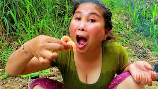 Survival Skills   Smart woman Cooking shrimp in Bottle gourd   yummy eating Shrimp