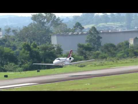 decolagem belíssima citation CJ3 digna nota10 flutuando sobre a pista e suave subida curva esquerda
