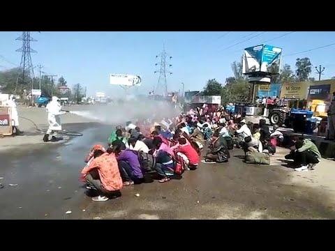 Koronavirüse karşı Hindistan'da işçilerin hortumla dezenfekte edildiği görüntüler tepki topladı