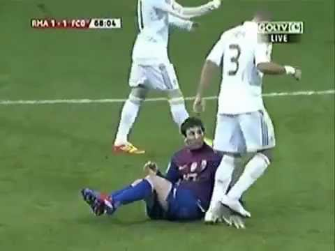 Aksi Pepe Menginjak Tangan Messi  (Real Madrid vs Barcelona Copa Del Rey 2012)
