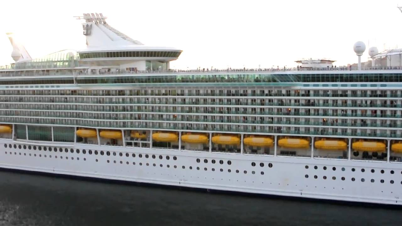 Duelling cruise ship horns - YouTube