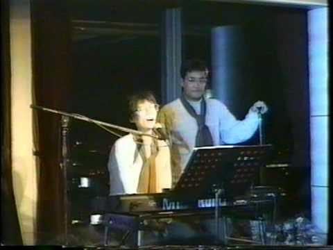 ピアノを弾く中川勝彦