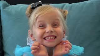 Alicia y sus amigos juegan con nuevos juguetes y disfraces de princesa