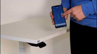 Sähköpöytä muistipaikoilla ohjain liitettynä puhelimeen muistilla varustettuna etäkonttori työhön