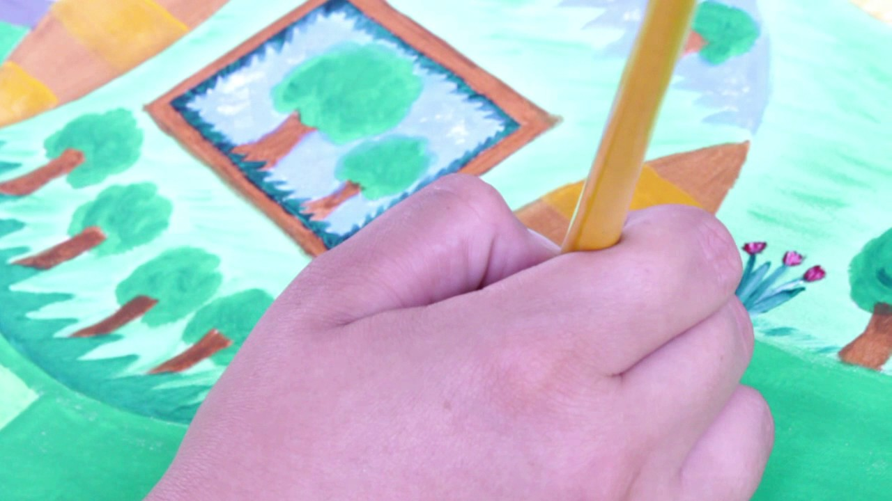 pincel pintando. vídeo de criança pintando com pincel / free footage kids paint with gouache. 2